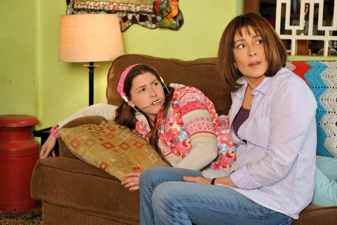 Sue (Eden Sher, l.) kann nicht glauben, dass ihr Freund Matt wegziehen wird und klagt Frankie (Patricia Heaton, r.) ihr Leid. Unterdessen will Brick... - Bildquelle: Warner Brothers