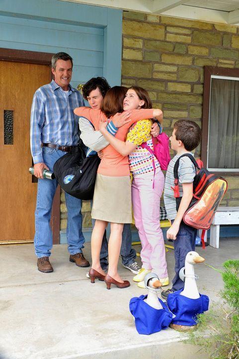 Als die Familie Heck (v.l.n.r.: Neil Flynn, Charlie McDermott, Patricia Heaton, Eden Sher, Atticus Shaffer) einen Campingausflug organisiert, verläu... - Bildquelle: Warner Brothers