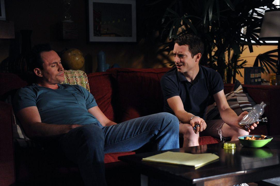 Obwohl Ryan (Elijah Wood, r.) den Verlobten von Jenna, Drew (Chris Klein, l.), nicht leiden kann, hilft er ihm bei den Vorbereitungen für die ansteh... - Bildquelle: 2011 FX Networks, LLC. All rights reserved.