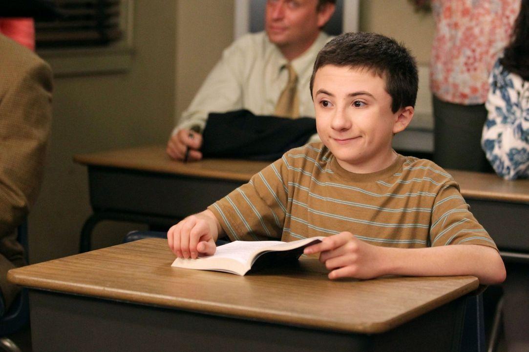 Während Brick (Atticus Shaffer) den genervten Mike auf den Elternabend seiner Schule begleiten muss, erpresst Sue Axl damit, dass sie ihren Eltern v... - Bildquelle: Warner Brothers