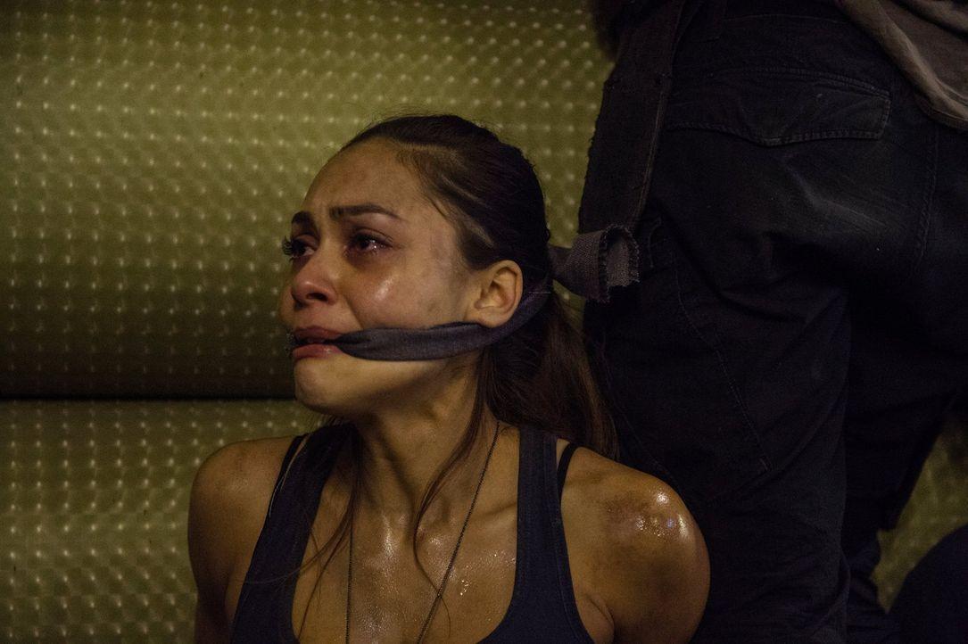 Während Raven (Lindsey Morgan) und ihre Freunde in Arkadia auf einen alten Feind treffen, findet Murphy eine alte Freundin wieder - glaubt er zumind... - Bildquelle: 2014 Warner Brothers