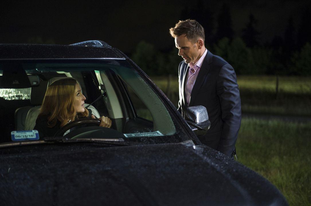 Kann Moderator Tad O'Malley (Joel McHale, r.) auch Scully (Gillian Anderson, l.) davon überzeugen, dass sie sich wieder an dem Kampf um die Wahrheit... - Bildquelle: Ed Araquel 2016 Fox and its related entities.  All rights reserved.
