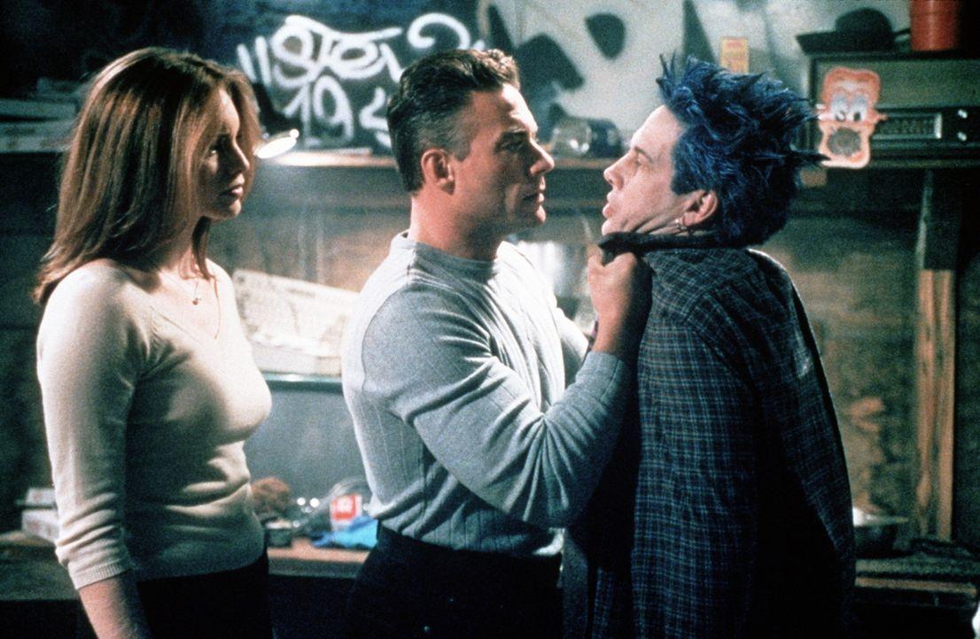 Als die ehrgeizige Reporterin Erin (Heidi Schanz, l.) Luc (Jean-Claude Van Damme, M.) einschaltet, wird bald deutlich, dass Squid (Brent Hinkley, r.... - Bildquelle: Columbia TriStar Film GmbH