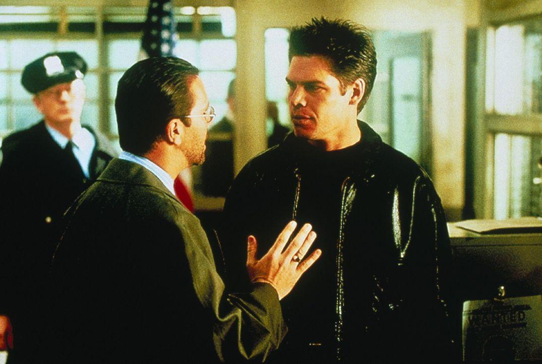 Lieutenant Nick Roos (Lou Diamond Phillips, vorne l.) ermittelt in einem äußerst komplizierten Fall und stößt dabei auf Paul Jarvis (Grant Nicka... - Bildquelle: COLUMBIA TRISTAR INTERNATIONAL TELEVISION
