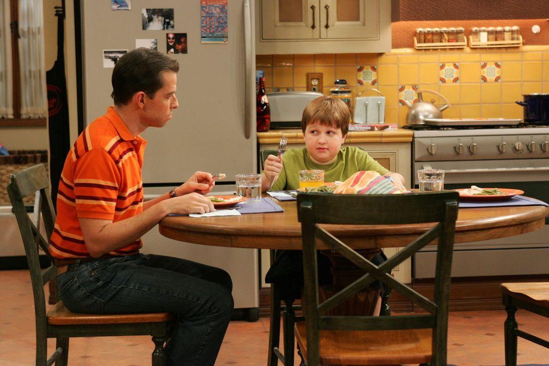 Alan (Jon Cryer, l.) will Jake (Angus T. Jones, r.) lernen, dass er nur Cremetörtchen von einer Klassenkameradin annehmen soll, wenn er sie wirklic... - Bildquelle: Warner Brothers Entertainment Inc.