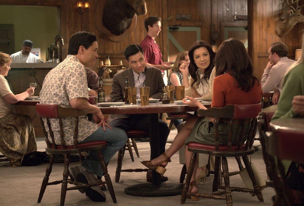 (im Uhrzeigersinn sitzend): Louis Huang (Randall Park); Julius (Reggie Lee); Elaine (Ming-Na Wen); Jessica Huang (Constance Wu) - Bildquelle: 2018-2019 American Broadcasting Companies.  All rights reserved.