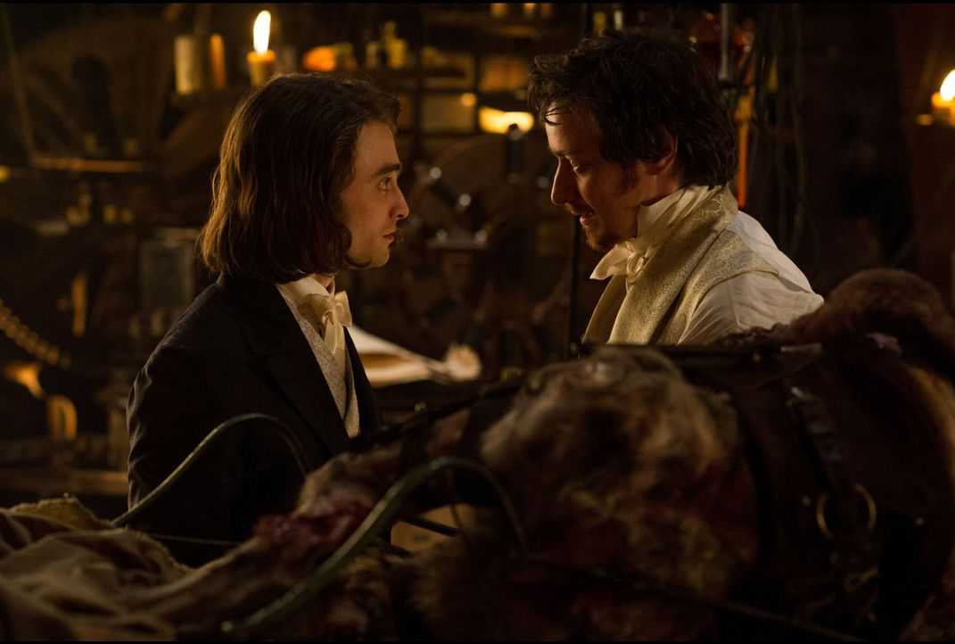 Wie wird der junge Igor (Daniel Radcliffe, l.) reagieren, als der verrückte Wissenschaftler Victor Frankenstein (James McAvoy, r.) auf die Idee komm... - Bildquelle: Alex Bailey 2015 Twentieth Century Fox Film Corporation.  All rights reserved.