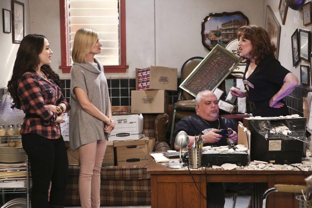 Als Max (Kat Dennings, l.) und Caroline (Beth Behrs, 2.v.l.) für ihre Dessert-Bar mehr Platz brauchen, versuchen sie, mit allen Mitteln Angie (Lisa... - Bildquelle: 2016 Warner Brothers