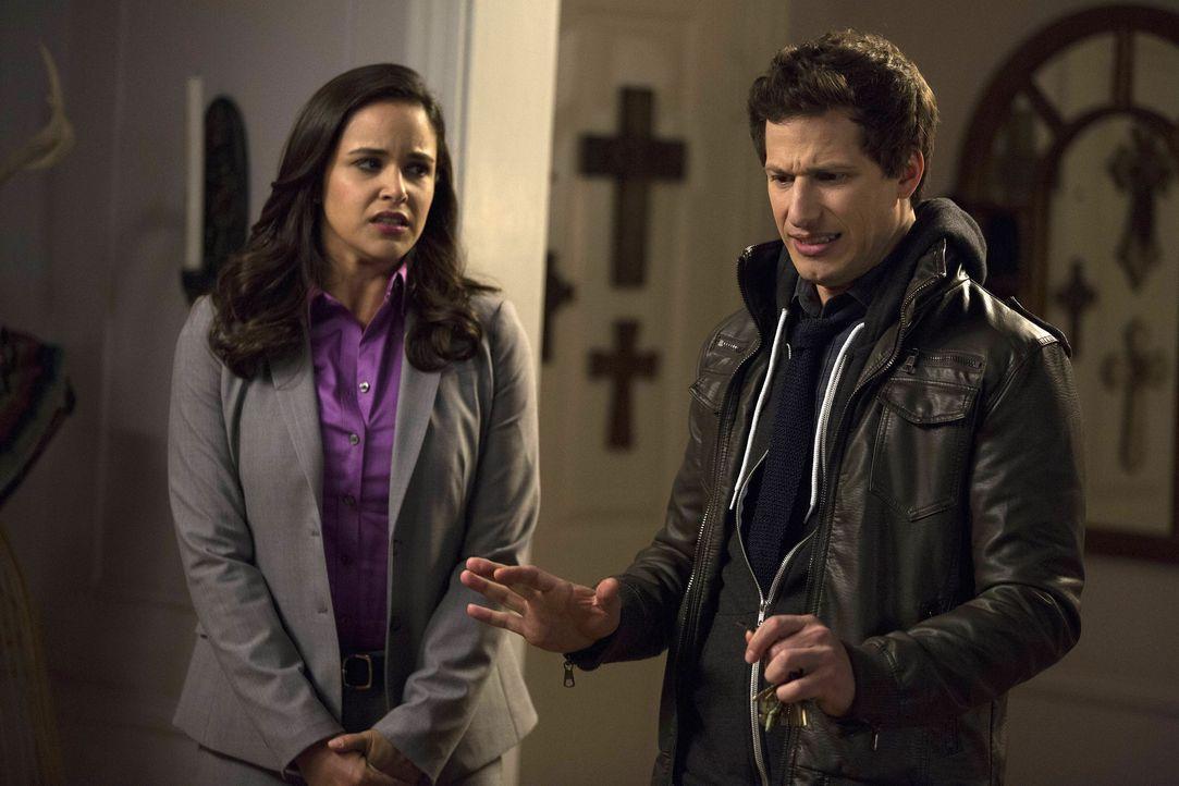 Amy Santiago (Melissa Fumero, l.); Jake Peralta (Andy Samberg, r.) - Bildquelle: John Fleenor 2014 UNIVERSAL TELEVISION LLC. All rights reserved / John Fleenor