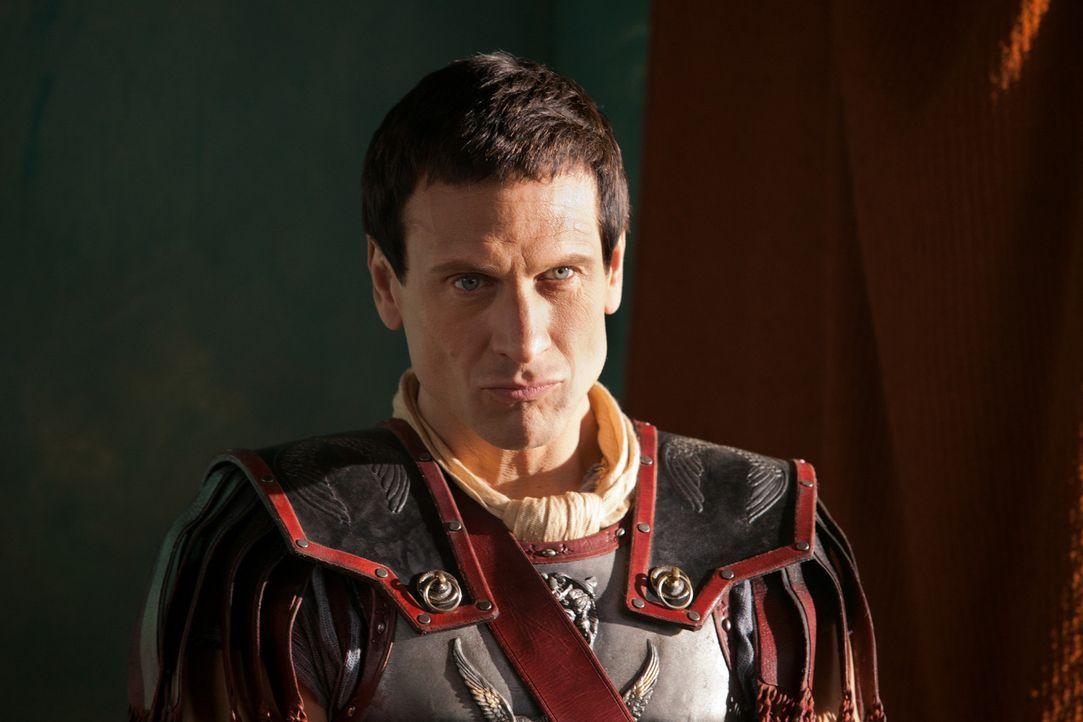 Während Crassus (Simon Merrells) die durch Rebellen besetzte Stadt in Besitz nimmt, sitzt Gannicus hinter den feindlichen Linien fest. Kann er denno... - Bildquelle: 2012 Starz Entertainment, LLC. All rights reserved.