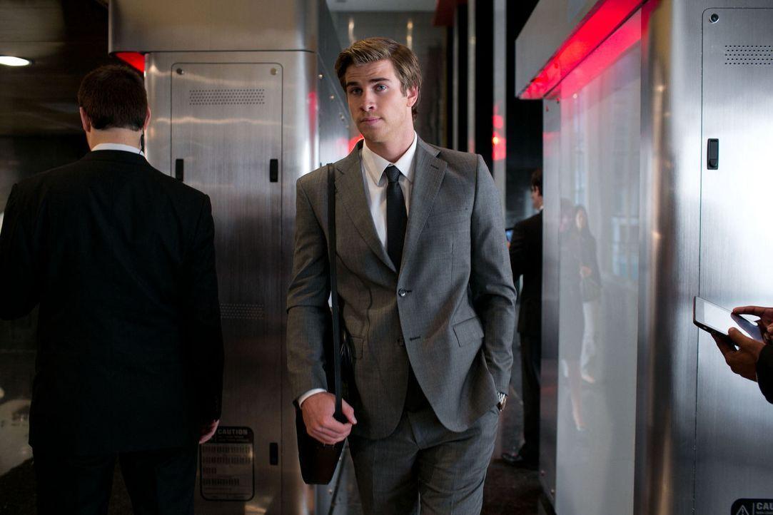 Im Auftrag von Nicholas Wyatt schleust sich Adam Cassidy (Liam Hemsworth) als neuer Mitarbeiter beim Konkurrenz-Unternehmen Eikon Systems ein. - Bildquelle: 2012 Paranoia Acquisitions LLC. All rights reserved.