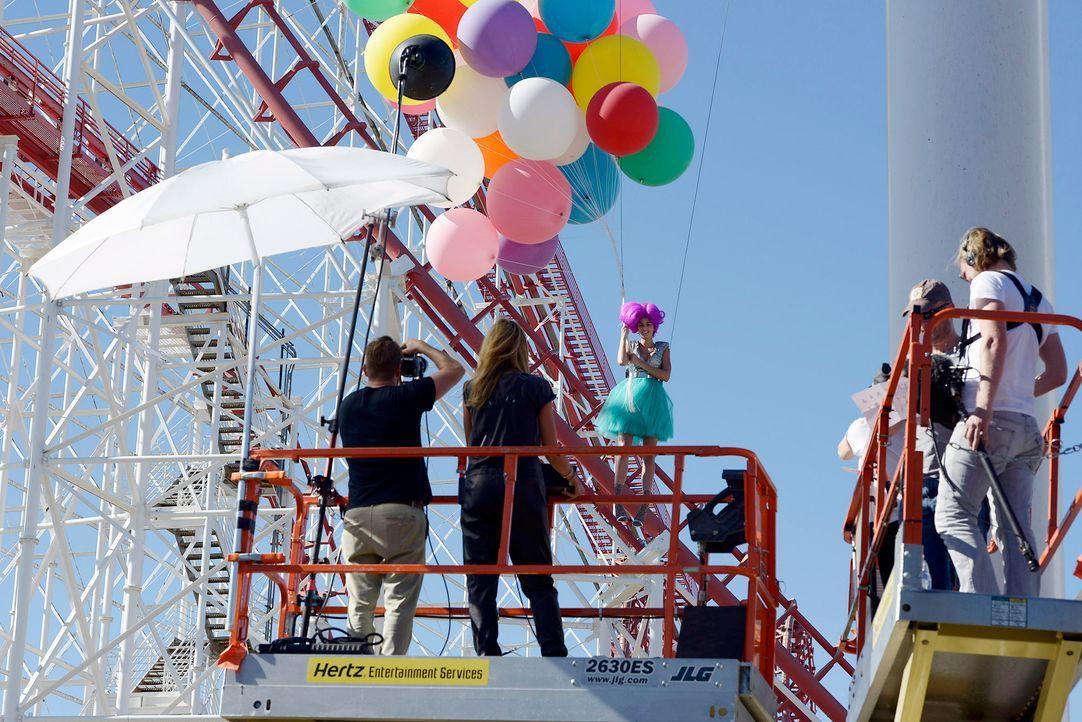 GNTM-Stf09-Epi03-BallonShooting-043-ProSieben-Oliver-S - Bildquelle: ProSieben/Oliver S.