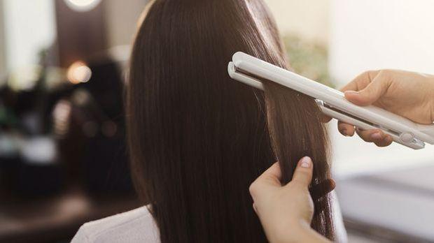 Verwende beim Glätten deiner Haare unbedingt einen Hitzeschutz – so bleibt de...