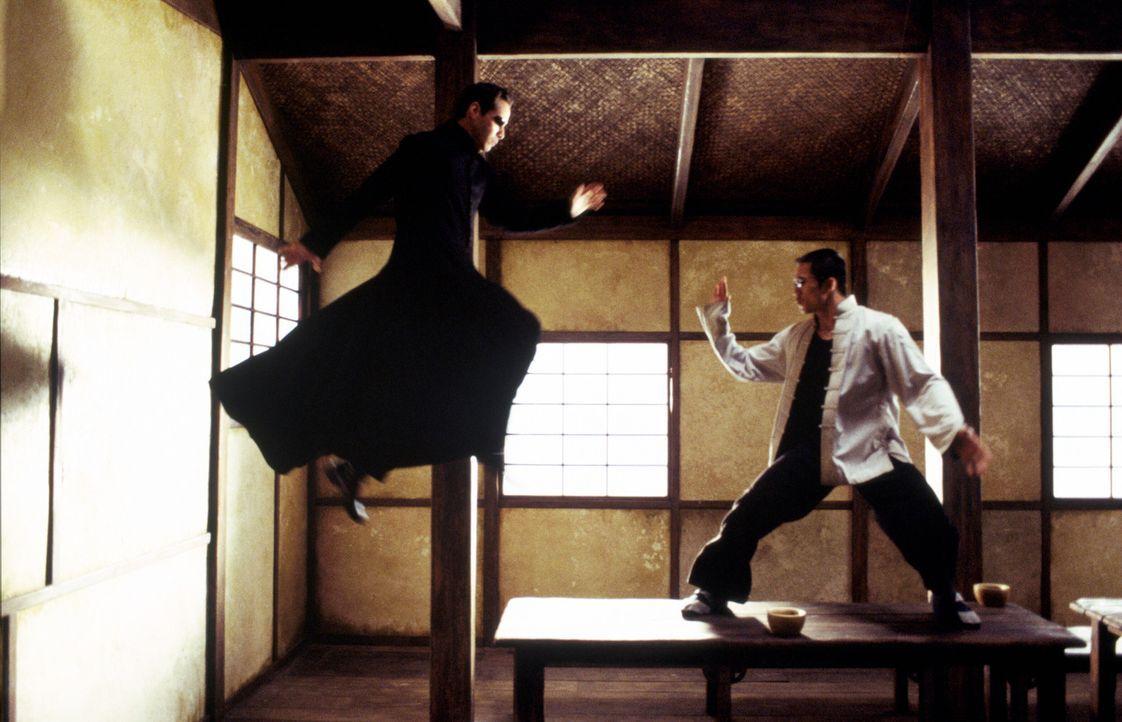 Neo (Keanu Reeves, l.) wird von schrecklichen Visionen heimgesucht und Versagensängsten geplagt. Doch als Zion bedroht wird, nimmt der Erwählte de... - Bildquelle: Warner Bros.