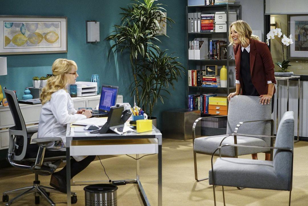 Penny (Kaley Cuoco, r.) muss ihrer Freundin Bernadette (Melissa Rauch, l.) etwas beichten. Wird das ihre Freundschaft zerstören? - Bildquelle: 2016 Warner Brothers