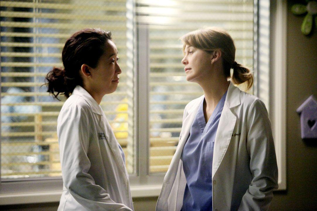 Es ist sechs Uhr abends. Meredith (Ellen Pompeo, r.) leitet freiwillig die Notaufnahme und dirigiert die Ärzte, während Cristina (Sandra Oh, l.) i... - Bildquelle: ABC Studios