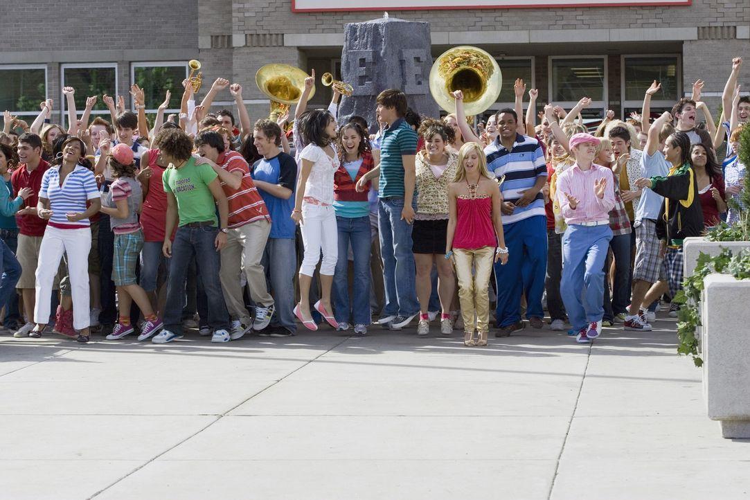 """Es ist der letzte Schultag und die Freunde der Basketballtruppe """"East High Wildcats"""" freuen sich auf den Beginn der Sommerferien. Doch was soll man... - Bildquelle: Buena Vista International Television"""