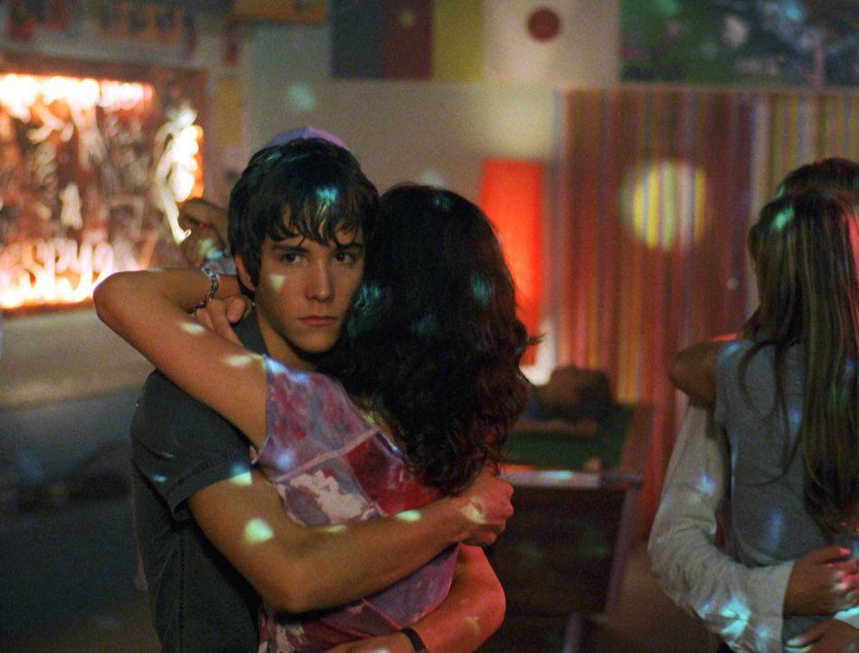Charlotte (Elodie Bollée, r.) schmeißt sich an Hendrik (François Goeske, l.) ran - doch der würde viel lieber mit Valerie tanzen ... - Bildquelle: Constantin Film