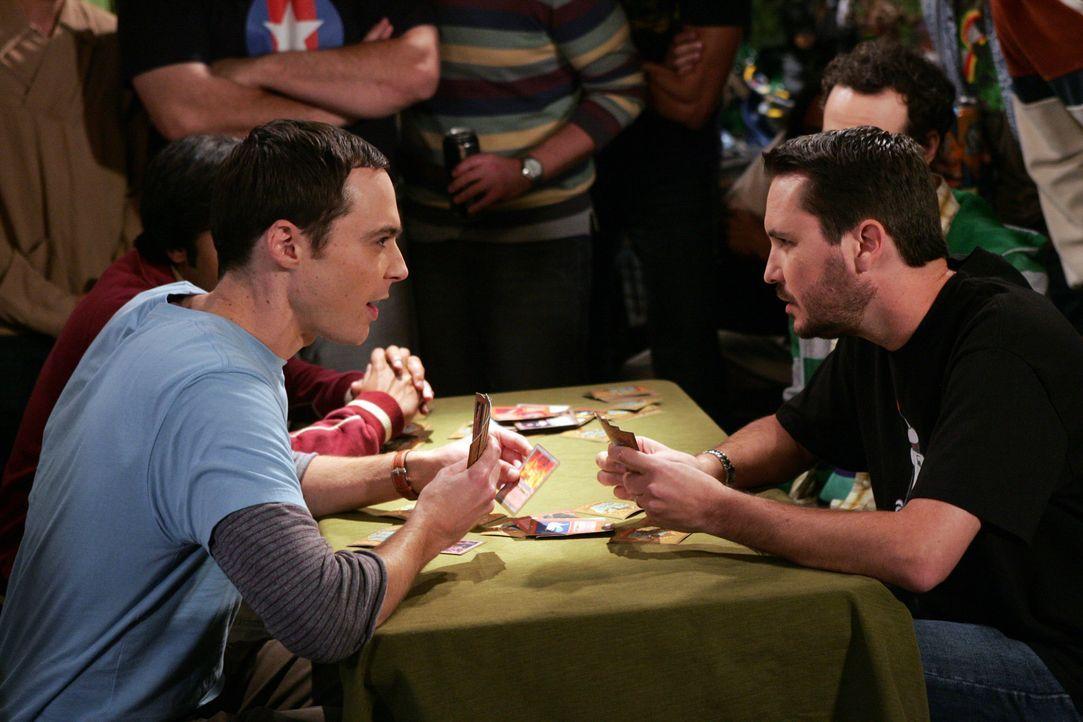 Bei einem Karten-Tournier, will sich Shelden (Jim Parsons, l.) an seinem Erzfeind Wil Wheaton (Will Wheaton, r.) rächen ... - Bildquelle: Warner Bros. Television