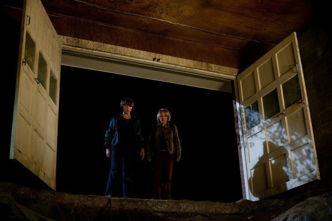 In einer Höhle unter dem Friedhof und dem Wasserturm der Stadt finden Joe (Joel Courtney, l.) und Cary (Ryan Lee, r.) die bewusstlose Alice, doch si... - Bildquelle: PARAMOUNT PICTURES. All Rights Reserved