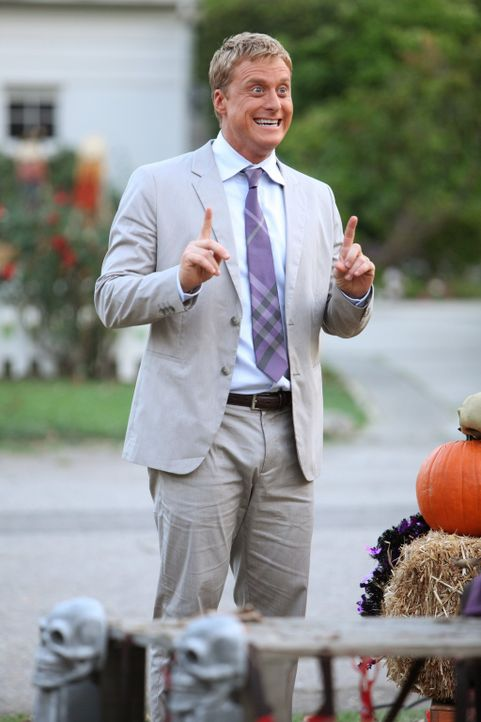 Versucht, Tessa und George zu erklären, dass Halloween in Chatswin nicht sehr beliebt ist: Noah (Alan Tudyk) ... - Bildquelle: Warner Bros. Television