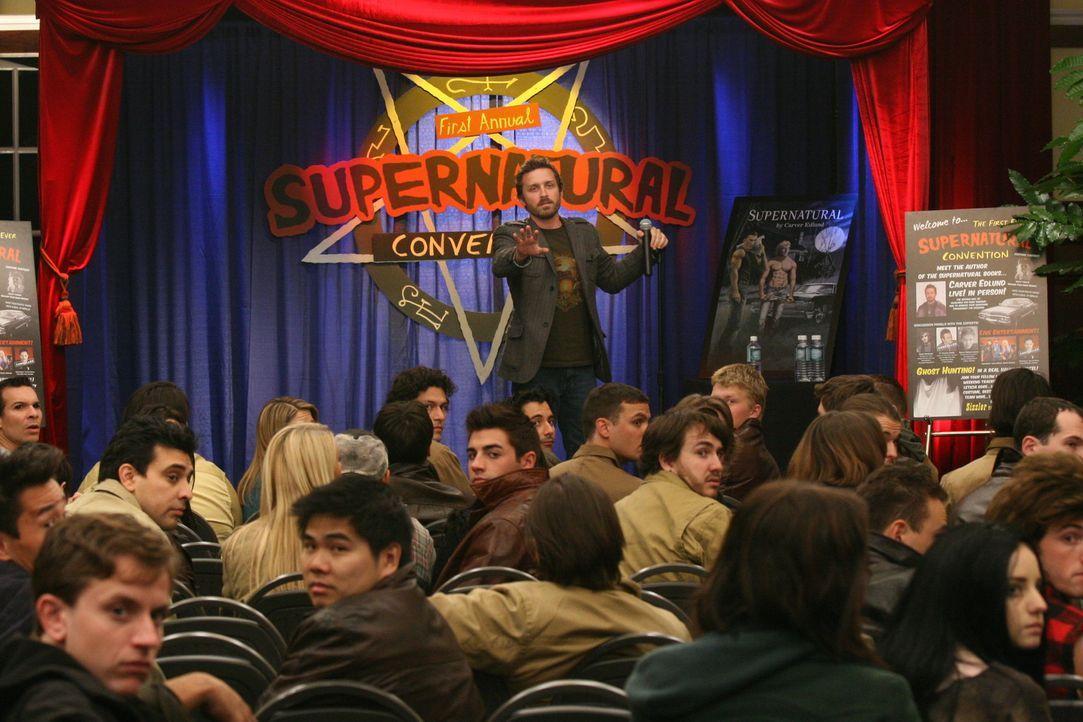 """Sam und Dean landen durch Chuck (Rob Benedict, stehend) bei einer """"Supernatural""""-Convention. Doch als echte Geister auftauchen, müssen sie handeln,... - Bildquelle: Warner Bros."""