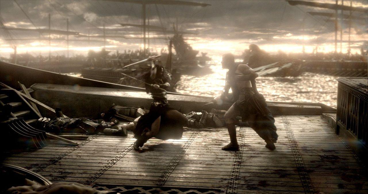 Die zwei Heeresführer im Nahkampf: Während Artemisia (Eva Green, l.) für die Perser einsteht, kämpft Themistokles (Sullivan Stapleton, r.) für Griec... - Bildquelle: 2014 Warner Bros. Entertainment, Inc.