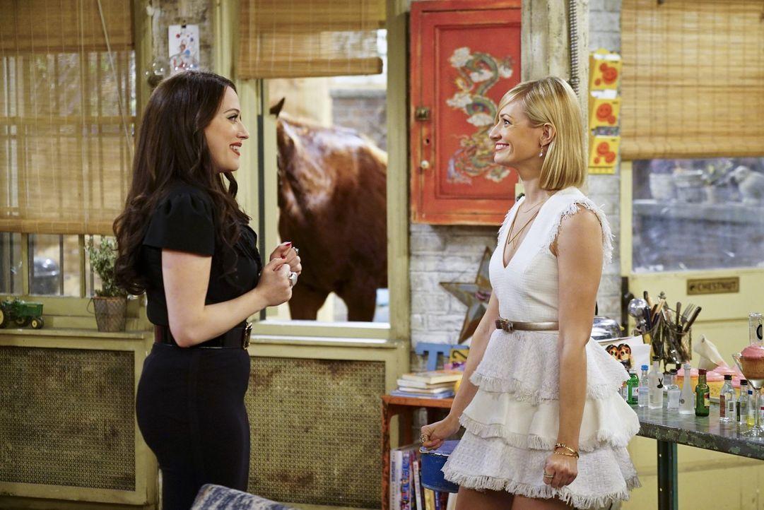 Max (Kat Dennings, l.) und Caroline (Beth Behrs, r.) sind völlig aus dem Häuschen, weil sie endlich wissen, was sie mit Carolines 250.000 Dollar anf... - Bildquelle: 2016 Warner Brothers