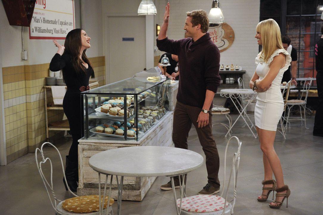 Auch Candy Andy (Ryan Hansen, M.) freut sich, dass sich Max (Kat Dennings, l.) und Caroline (Beth Behrs, r.) endlich ihren Traum erfüllen können ... - Bildquelle: Warner Brothers International Television Distribution Inc.