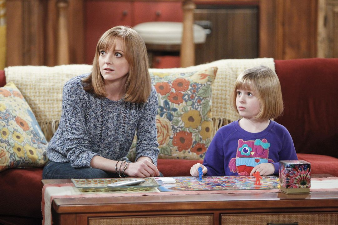 Verzweifelt versuchen Debbie (Jayma Mays, l.) und Mikayla (Lulu Wilson, r.) eine Überraschungsparty für Carol zu planen. Doch das ist gar nicht so e... - Bildquelle: 2013 CBS Broadcasting, Inc. All Rights Reserved.