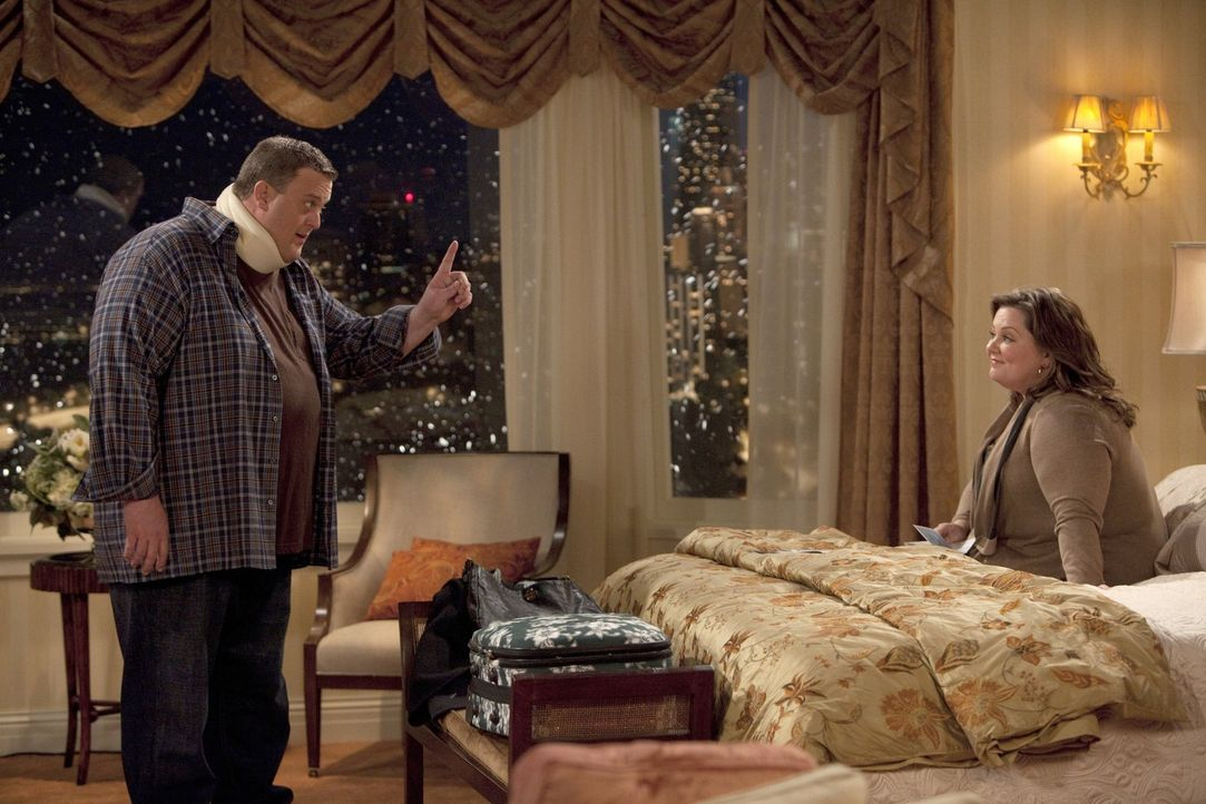 Wegen Mikes (Billy Gardell, l.) Doppelschichten, finden er und Molly (Melissa McCarthy, r.)nur wenig Zeit füreinander ... - Bildquelle: 2010 CBS Broadcasting Inc. All Rights Reserved.