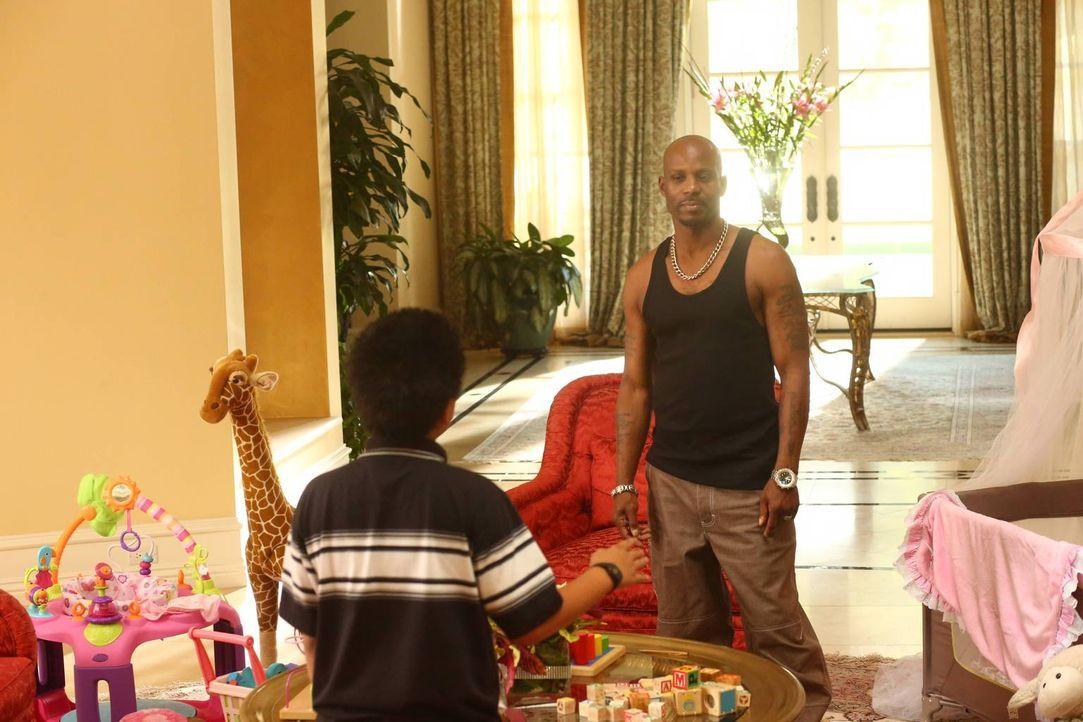 Um für seine Freundin Alison ein teures Geburtstagsgeschenk kaufen zu können, nimmt Eddie (Hudson Yang, l.) einen Job beim berühmten Rapper DMX (DMX... - Bildquelle: 2015-2016 American Broadcasting Companies. All rights reserved.