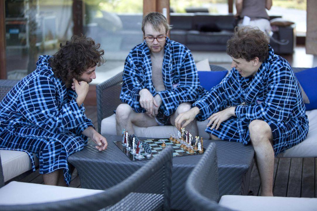 Genießen ihre Zeit in der luxuriösen Villa: (v.l.n.r.) Helge, Kevin und Cedric ... - Bildquelle: Charlie Sperring ProSieben