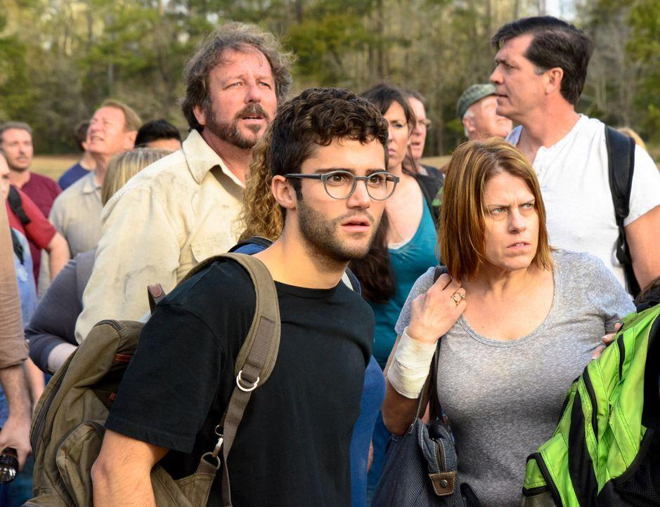 Während bei Hunter (Max Ehrich, vorne) und den anderen, die Melanie gefolgt sind, das Leben scheinbar weitergegangen ist, sind bei Julia und Junior... - Bildquelle: Brownie Harris 2015 CBS Studios Inc.