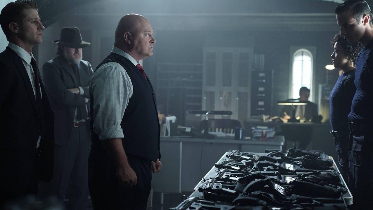 Während Penguin für Theo Galavan die Drecksarbeit erledigen soll, versuchen Gordon (Ben McKenzie, l.), Bullock (Donal Logue, 2.v.l.) und Captain Bar... - Bildquelle: Warner Brothers