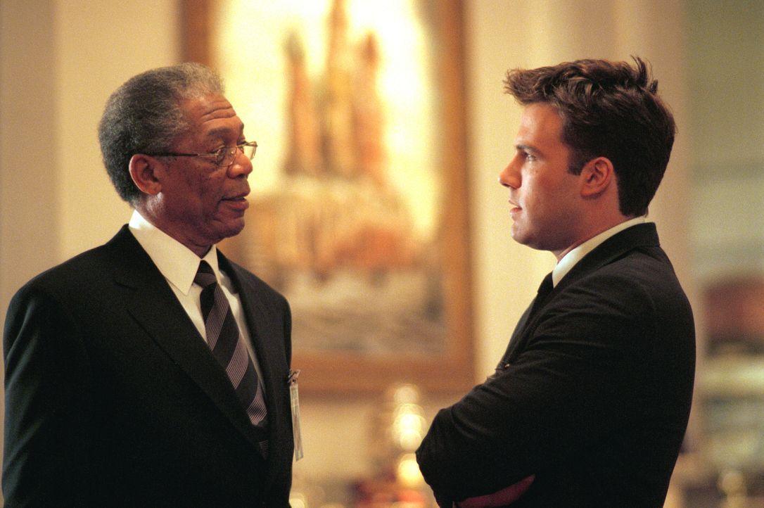 Gelingt es den CIA-Agenten Bill Cabot (Morgan Freeman, l.) und Jack Ryan (Ben Affleck, r.), die infamen Machenschaften schnell genug aufzuklären, um... - Bildquelle: Paramount Pictures