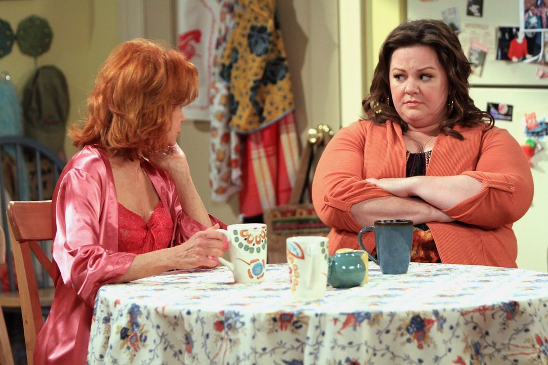 Ahnen nicht, was Mike vorhat: Joyce (Swoosie Kurtz, l.) und Molly (Melissa McCarthy, r.) ... - Bildquelle: 2010 CBS Broadcasting Inc. All Rights Reserved.