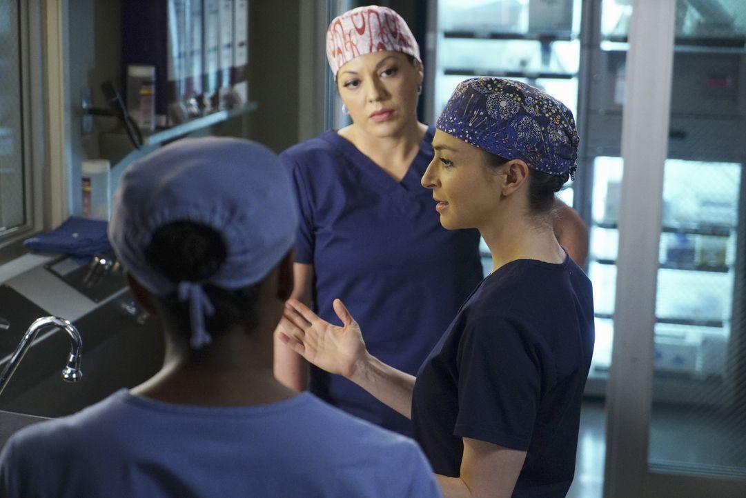 Stephanie (Jerrika Hinton, l.) ist zurück im OP und will sich auf den Eingriff bei Joan vorbereiten, wird aber von Callie (Sara Ramirez, M.) des Saa... - Bildquelle: ABC Studios
