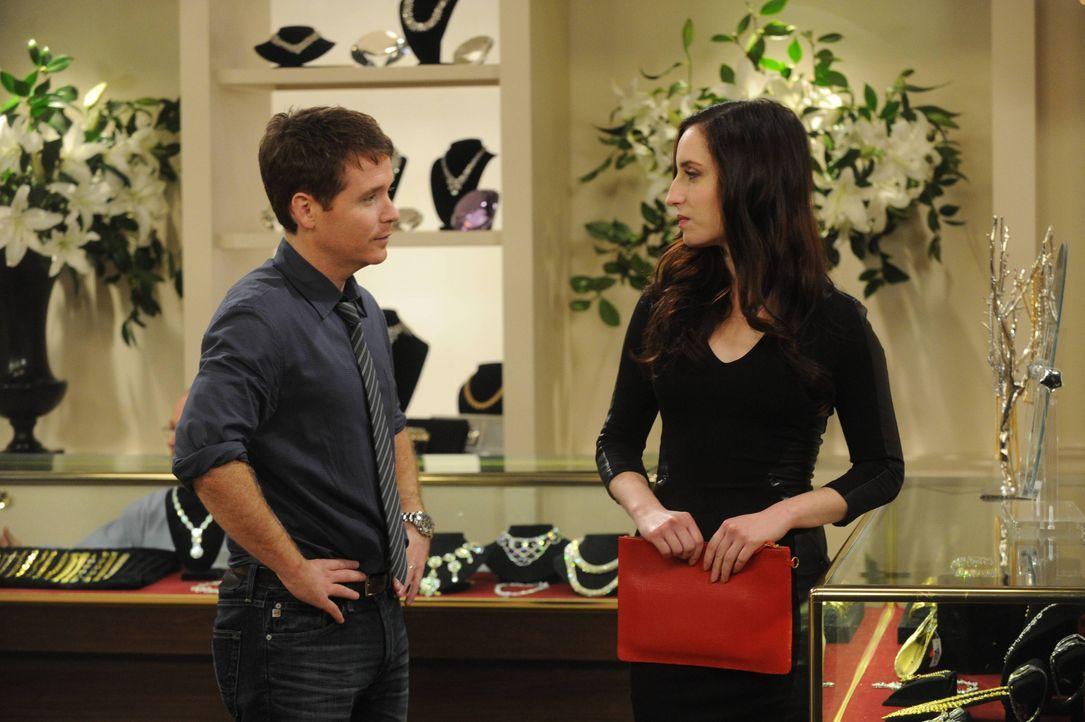 Kann Kate (Zoe Lister Jones, r.) Bobby (Kevin Connolly, l.) bei der Wahl des richtigen Geschenks für Andi wirklich behilflich sein? - Bildquelle: 2013 CBS Broadcasting, Inc. All Rights Reserved.