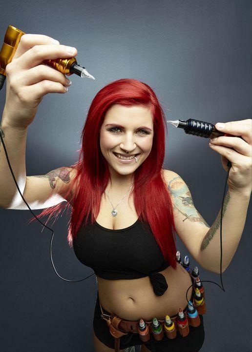(1. Staffel) - Mit der Nadel in der Hand fühlt sich Nancy Mietzi wohl und kann das auch perfekt in ihre Tattoos übertragen ... - Bildquelle: Jens Koch sixx