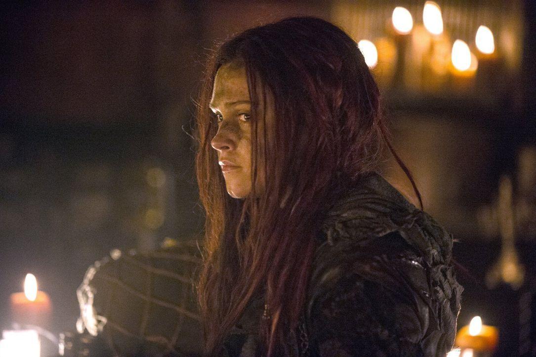 Während Clarke (Eliza Taylor) sich vor den Kopfgeldjägern in Acht nehmen muss, will Jaha Murphy zeigen, was die Stadt des Lichts wirklich ist ... - Bildquelle: 2014 Warner Brothers