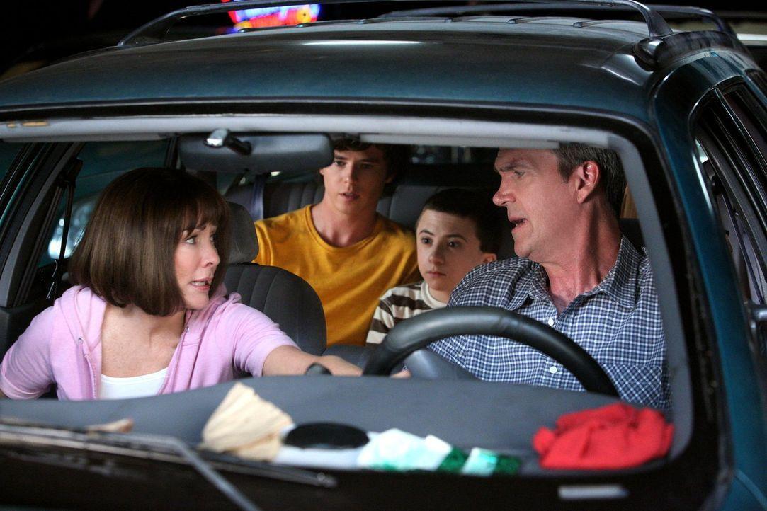 Frankie (Patricia Heaton, l.) wünscht sich, dass Mike (Neil Flynn, r.), Axl (Charlie McDermott, 2.v.l.), Brick (Atticus Shaffer, 2.v.r.) und Sue ein... - Bildquelle: Warner Brothers