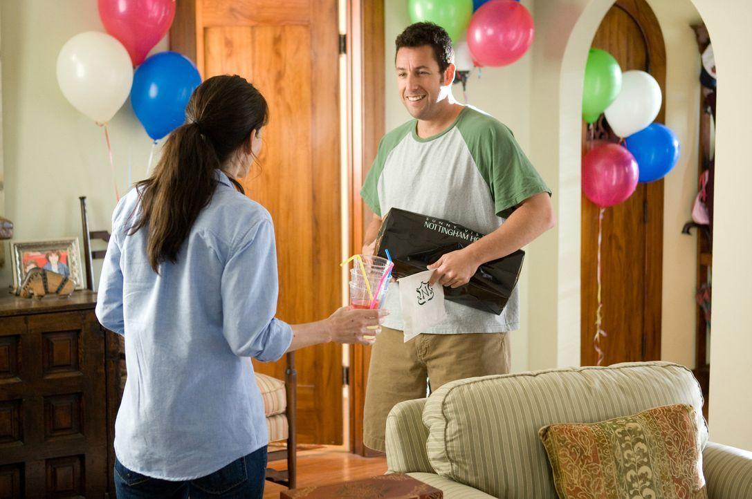 Seit vier Jahren haben sich Skeeter (Adam Sandler, r.) und seine Schwester Wendy (Courteney Cox, l.) nicht mehr gesehen - doch das Wiedersehen gesta... - Bildquelle: Disney