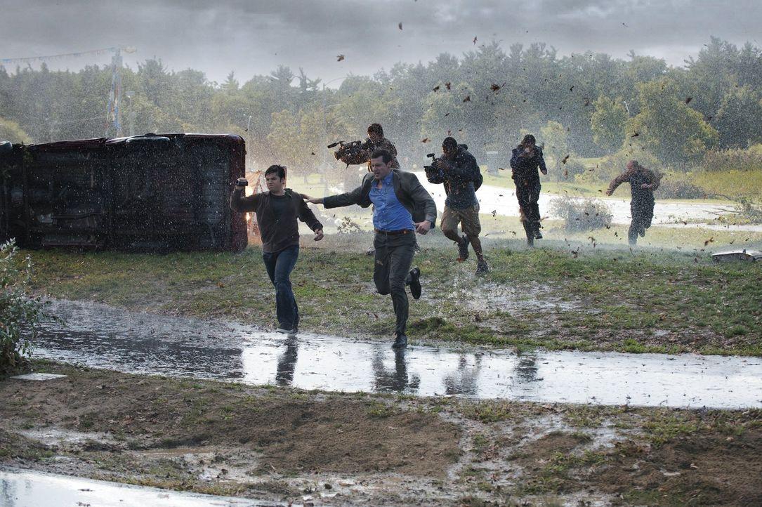 Versuchen alles, um dem Wirbelsturm noch lebend zu entkommen: Trey (Nathan Kress, vorne l.) und Gary (Richard Armitage, vorne r.) ... - Bildquelle: 2014   Warner Bros.