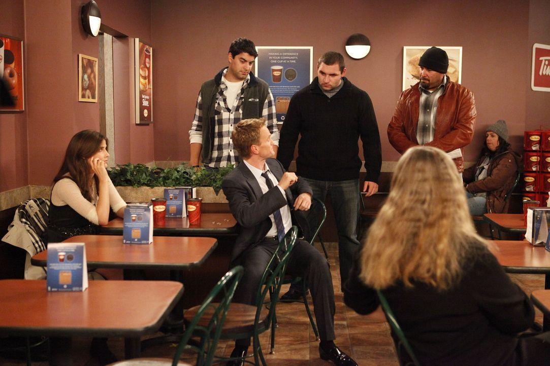 Barney (Neil Patrick Harris, 3.v.l.) macht sich mal wieder über Robin (Cobie Smulders, l.) und ihr Land lustig, bekommt daraufhin aber eine Lektion... - Bildquelle: 20th Century Fox International Television