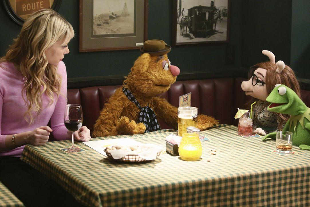 Während Scooter versucht, bei Chelsea Handler zu landen, gehen Becky (l.), Fozzie (2.v.l.), Kermit (r.) und Denise (2.v.r.) auf ein Doppel-Date ... - Bildquelle: Nicole Wilder ABC Studios