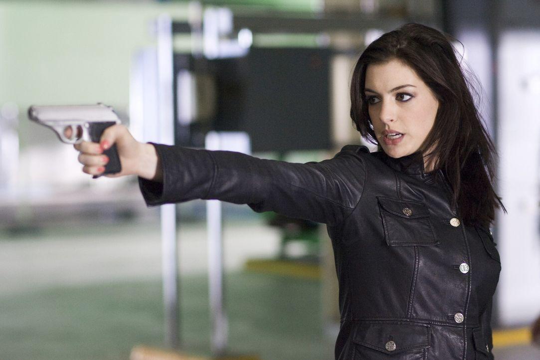 Sie ist die einzige Agentin, deren Tarnung nicht aufgeflogen ist: die ebenso attraktive wie tödliche Agentin 99 (Anne Hathaway) ... - Bildquelle: Warner Brothers
