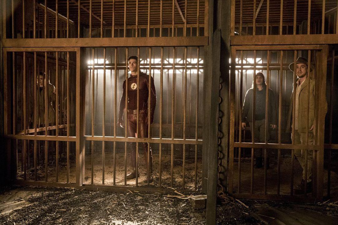 Nachdem Jesse zur Erde 1 gekommen ist und das Team über die Entführung ihres Vaters informiert hat, machen sich Caitlin (Danielle Panabaker, l.), Ba... - Bildquelle: 2016 Warner Bros.