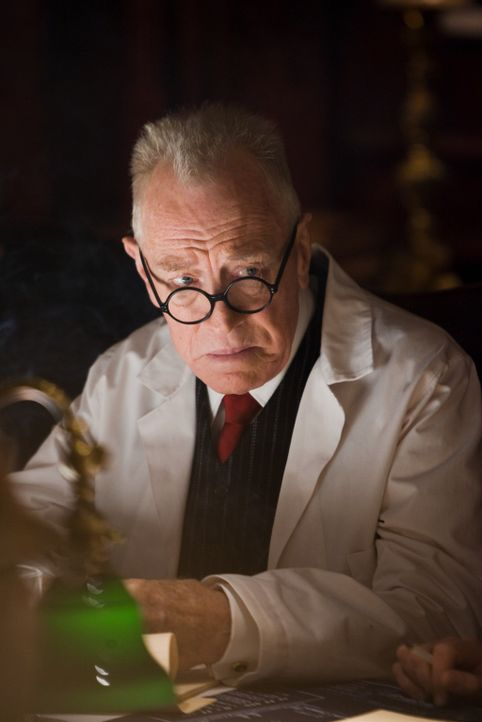 Ist Dr. Jeremiah Naehring (Max von Sydow) in illegale medizinische Experimente verstrickt? - Bildquelle: Andrew Cooper 2008 Paramount Pictures. All Rights Reserved. No reproduction or publication of these images permitted.