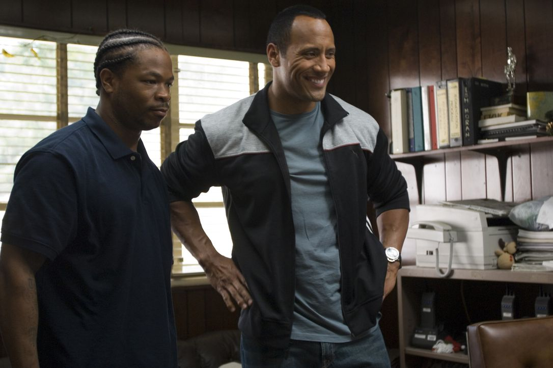 Die Bewährungshelfer Sean Porter (Dwayne Johnson, r.) und Malcom Moore (Xzibit, l.) werden bei ihrem Versuch, eine Häftlings-Footballmannschaft zu... - Bildquelle: Copyright   2006 Columbia Pictures Industries, Inc. and GH One LLC. All Rights Reserved.